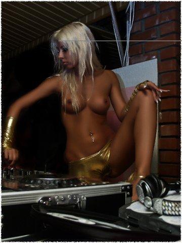 t-dj-Milana topless